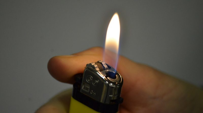 Hand mit Feuerzeug