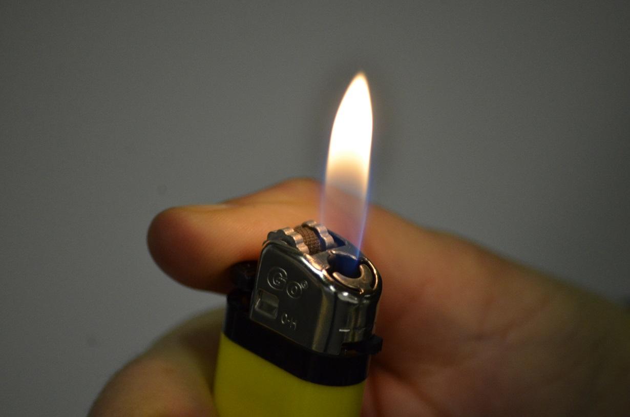 Feueralarm statt Weihnachtsstimmung – LED-Kerze mit Feuerzeug angesteckt