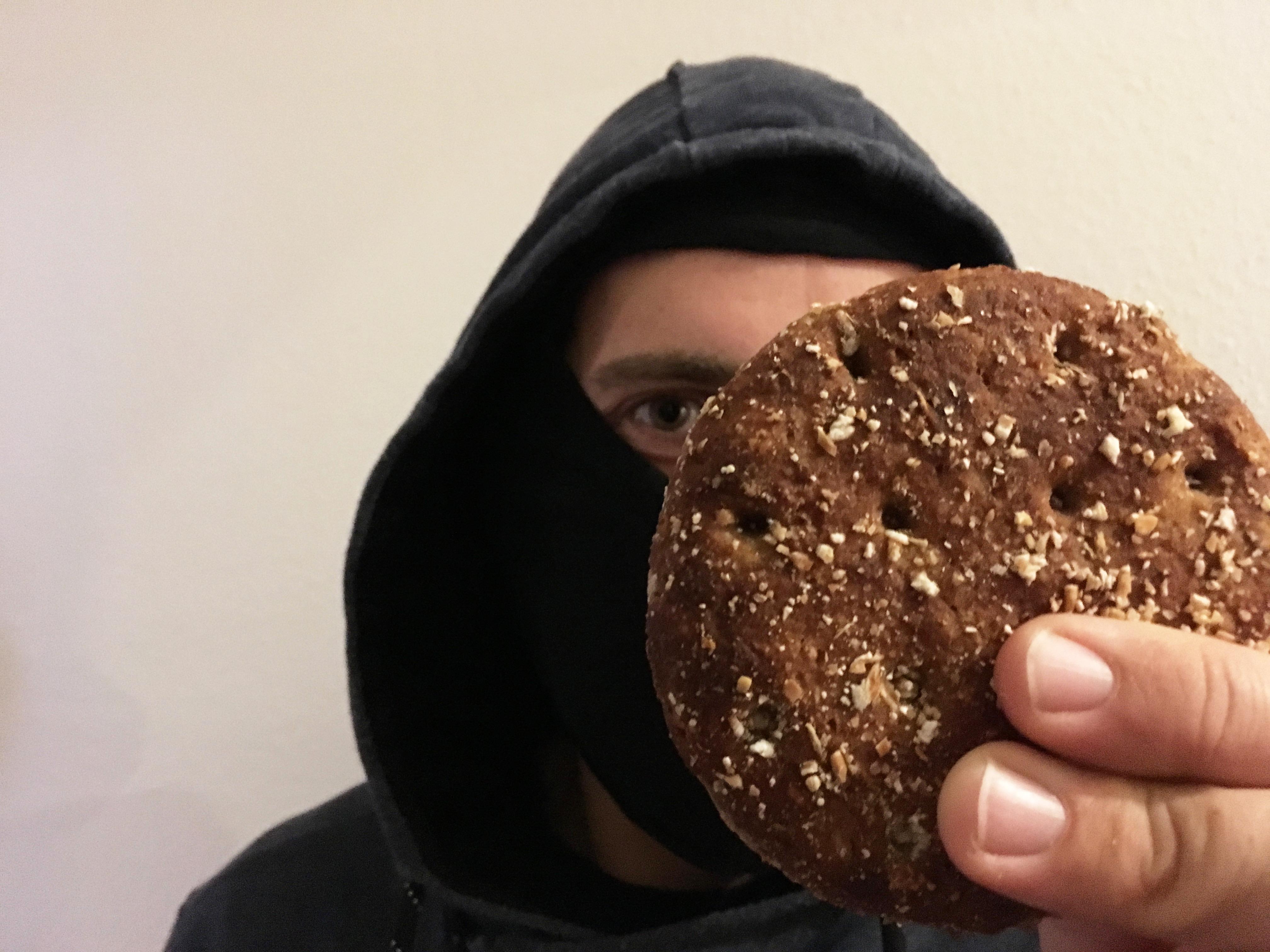 Maske. Falschgeld. Bäckerei. Der dümmste Verbrecher Oberfrankens.